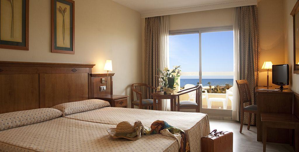 U verblijft in een comfortabele kamer met uitzicht op de zee