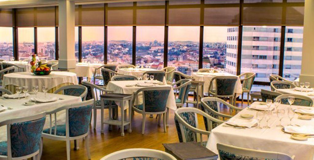 Verwen uzelf met een maaltijd in het panoramische restaurant van het hotel