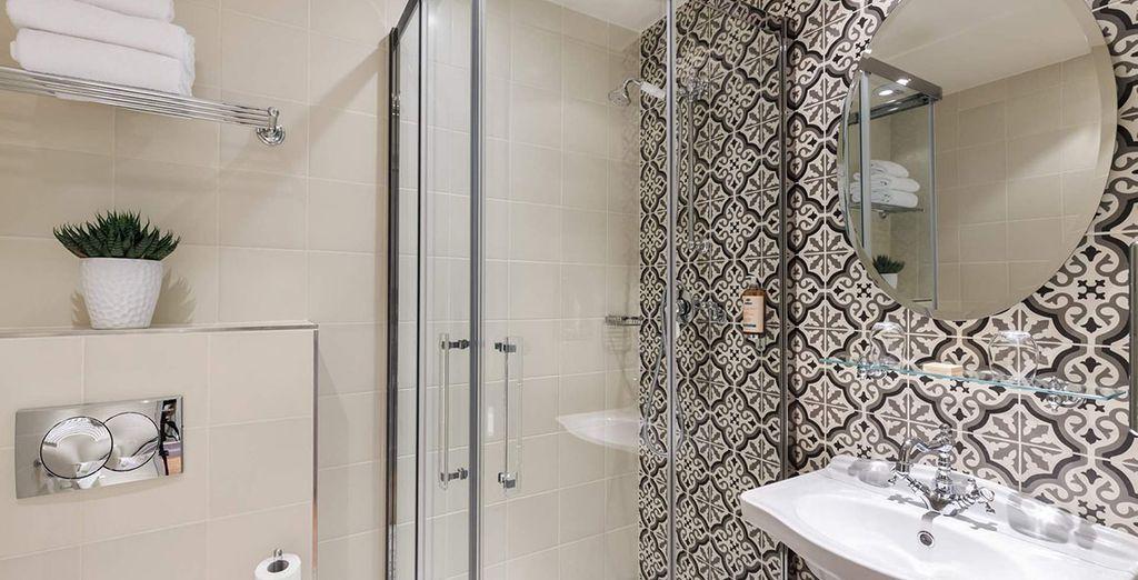 Met een volledig ingerichte badkamer