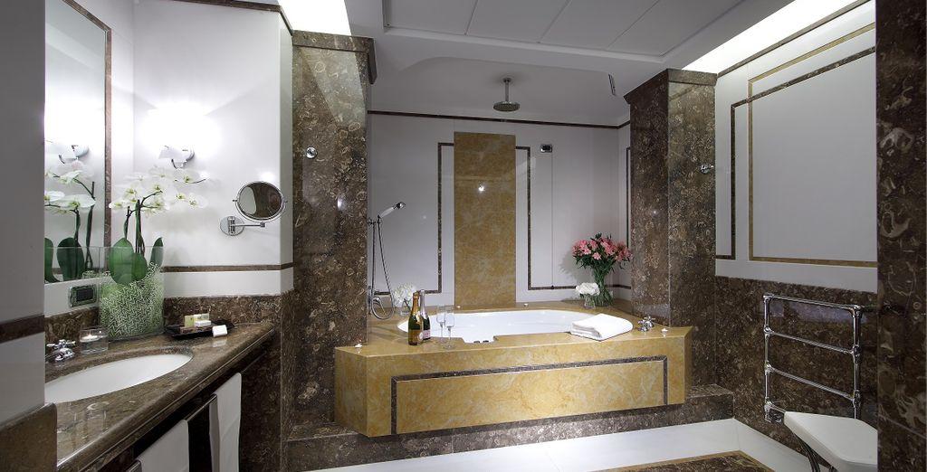 En een uitzonderlijke badkamer met bubbelbad