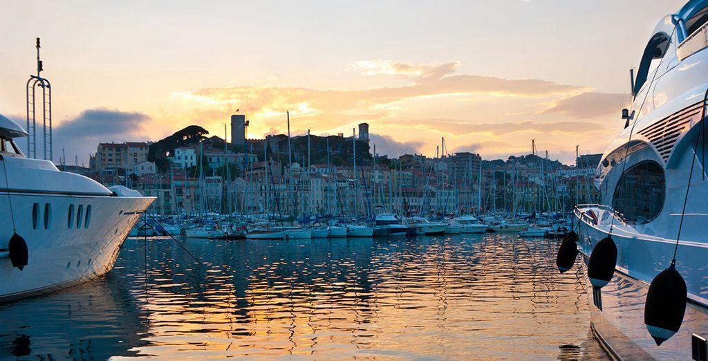 Geniet van de bruisende stad en de haven vol luxe jachten