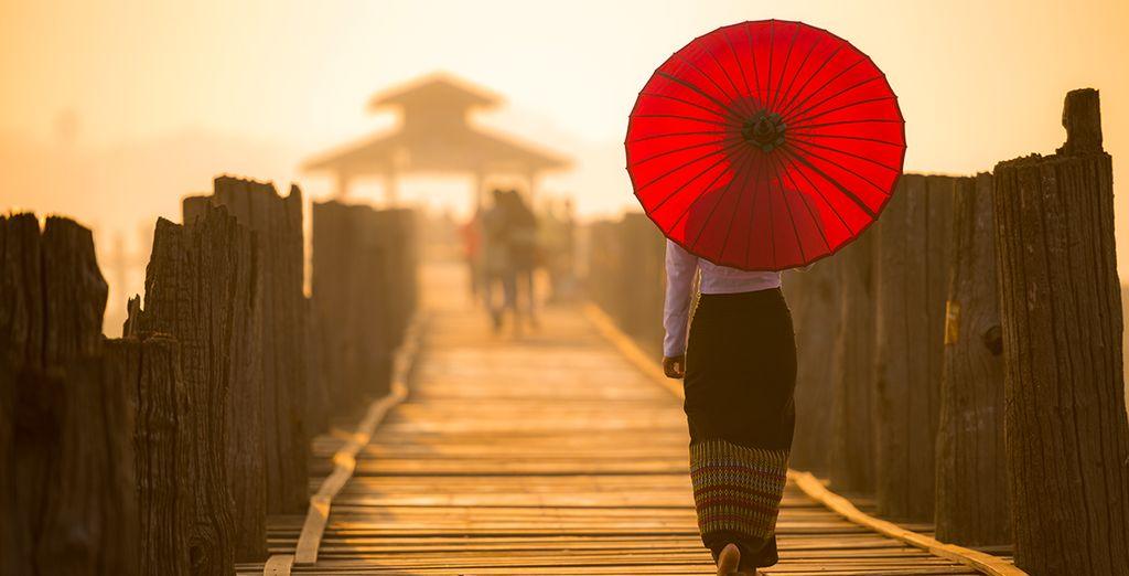 Maak een wandeling op het 200 jaar oude teakhouten brug van U Bein
