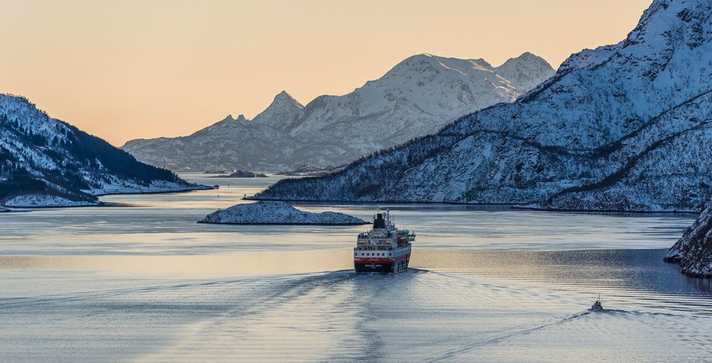 En vaar tussen de dramatische fjorden