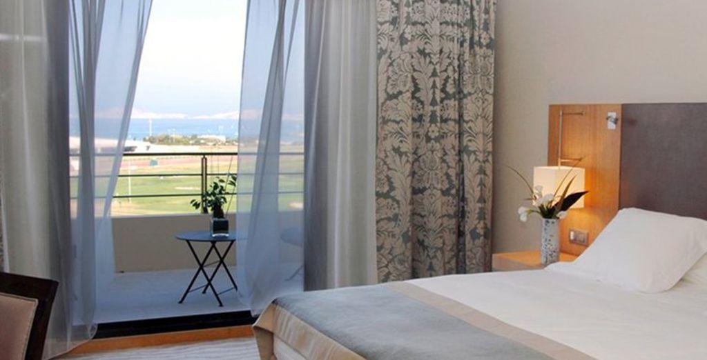 U verblijft in een Deluxe kamer met gedeeltelijk uitzicht over de zee