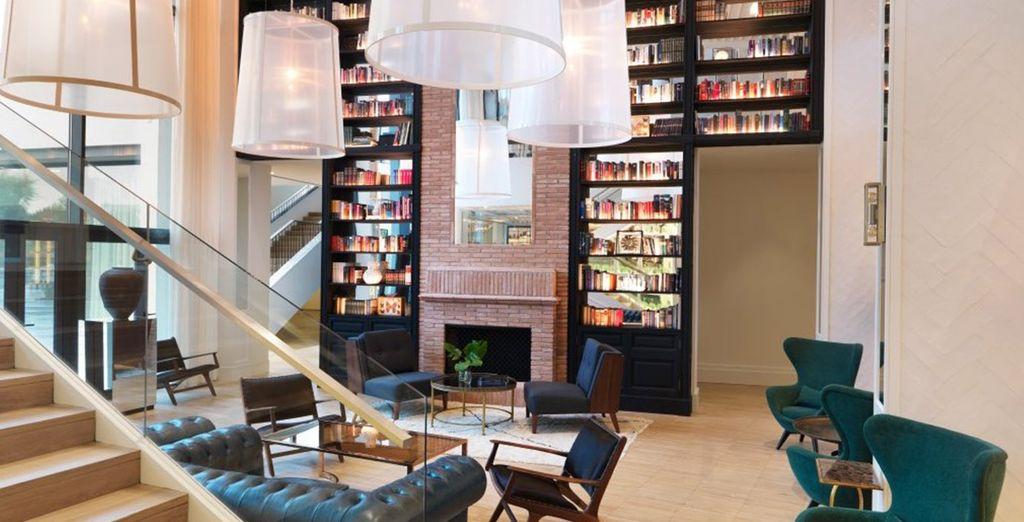 Of kies een goed boek in de gezellige lounge
