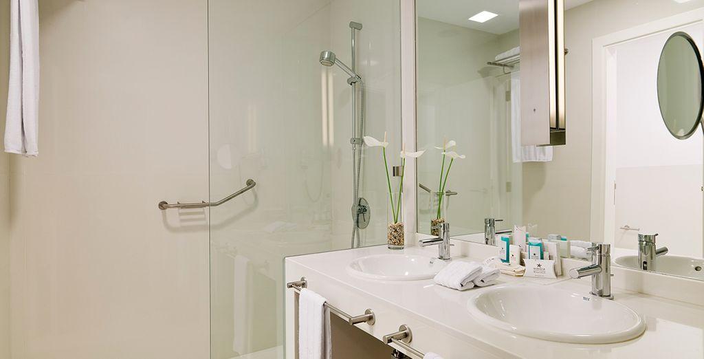Een elegante marmeren badkamer
