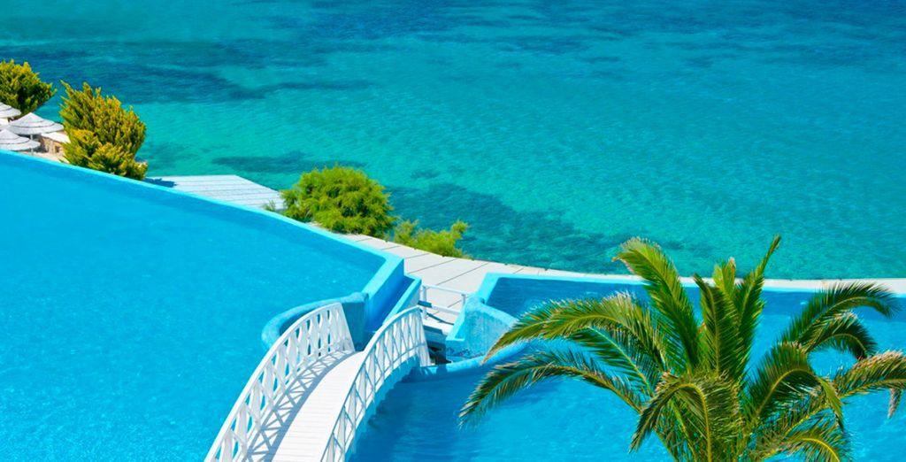 Het zwembad versmelt met de oneindig blauwe zee