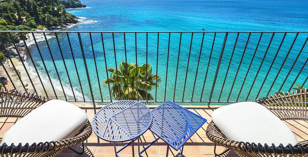 Voorzien van een balkon met panoramisch uitzicht over zee
