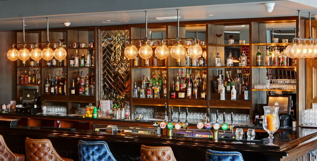 To choose from a large selection of cocktails, beers and gins, make your way to the Skylon Bar & Grill