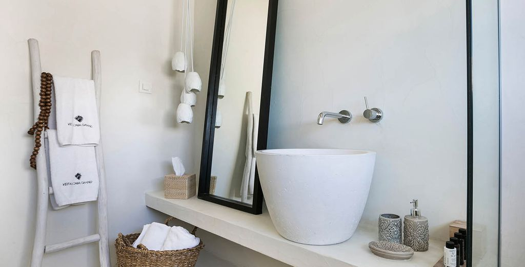 The bathroom is the same as the rest of the room: contemporary and warm