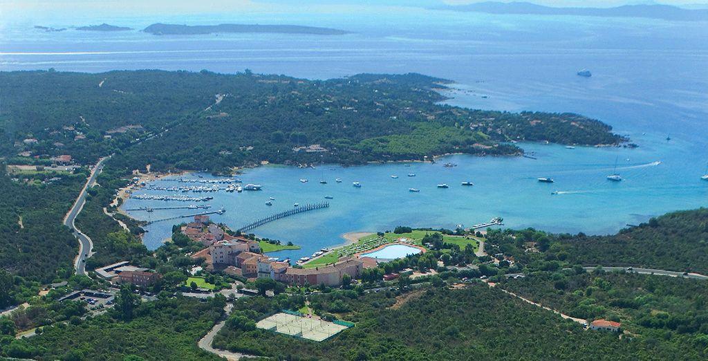 Ensures spectacular views of Cala di Volpe bay