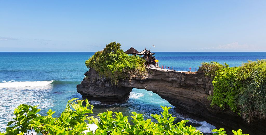 Which overlooks the amazing temple of Tanah Lot