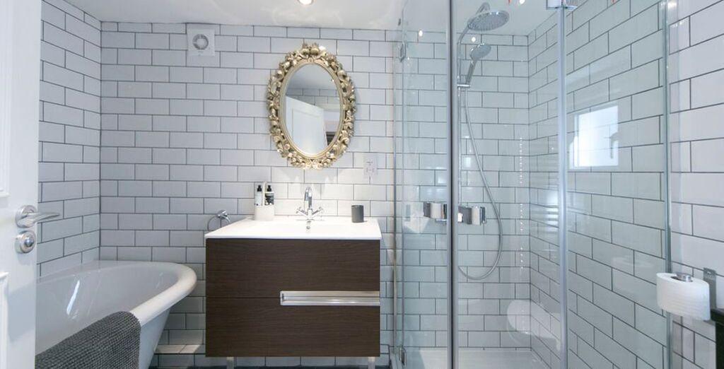 Apartment 2: Contemporary bathroom