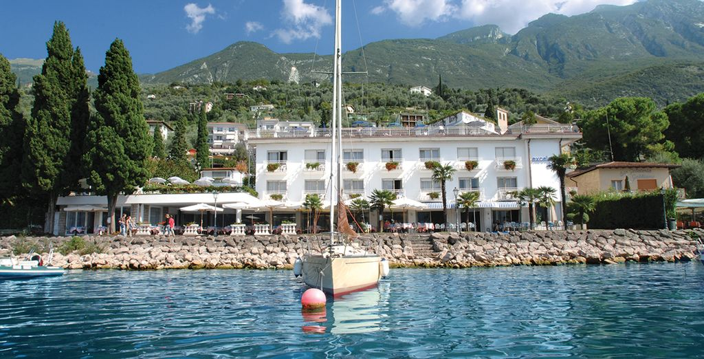 A smart and welcoming hotel right on the shores of Lake Garda