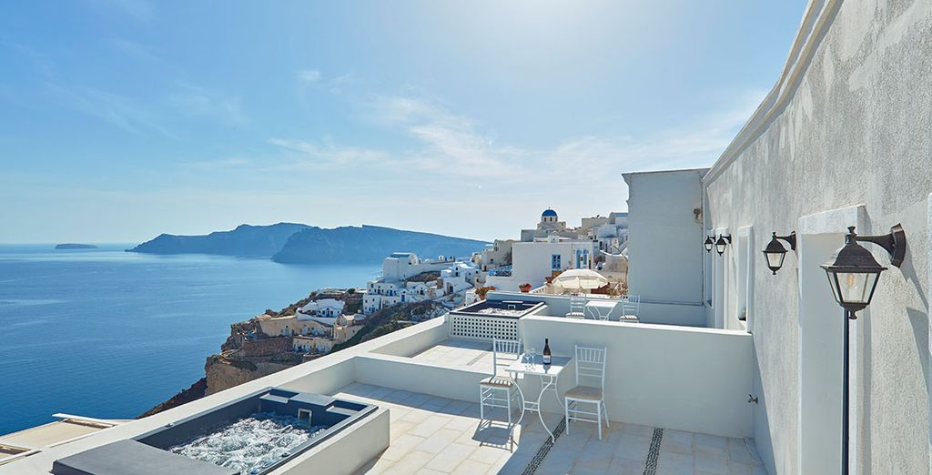 This idyllic setting awaits... - La Maltese Oia 5* Santorini