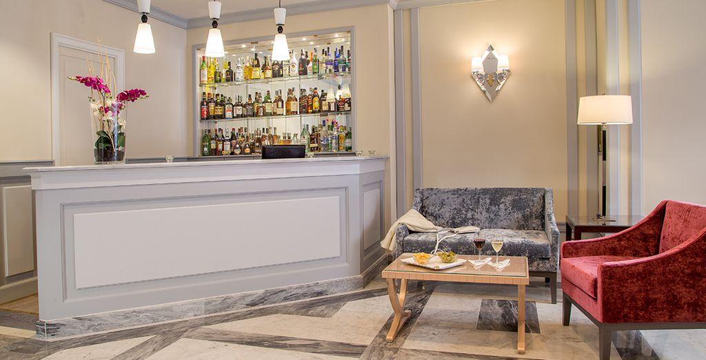 To enjoy an aperitif in the stylish bar