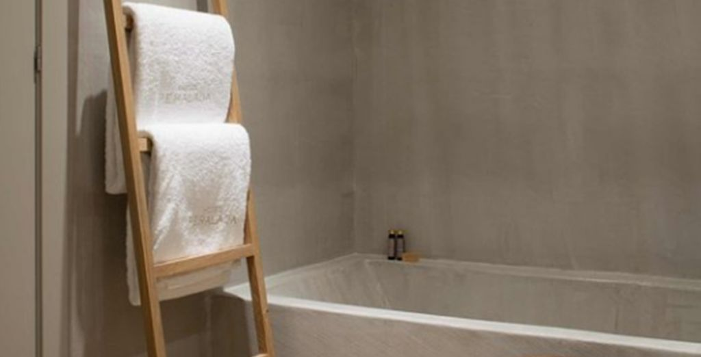 A relaxing shower and bathtub in your en suite bathroom