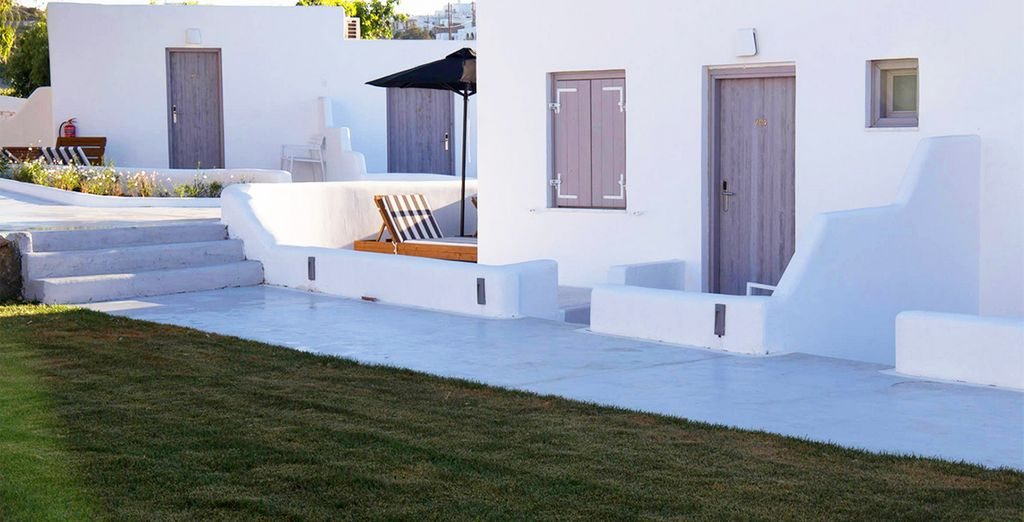 Which blends traditional Greek architecture