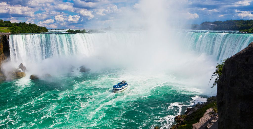 Enjoy the natural wonder of the Niagara Falls with Voyage Privé