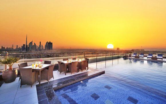 Vista sullo skyline di Dubai e camera Deluxe in 5*
