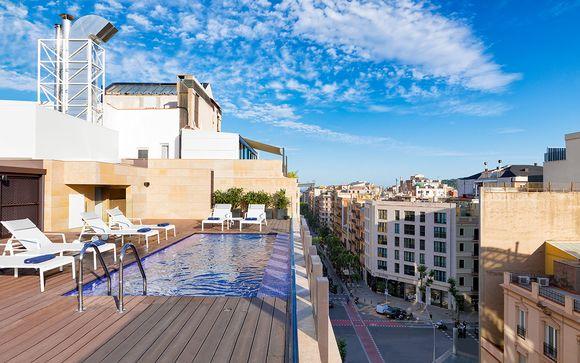 Hotel di design chic con piscina sul tetto e vista sulla città